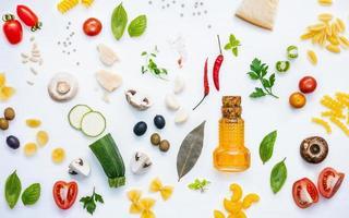 disposizione piatta degli ingredienti da cucina foto