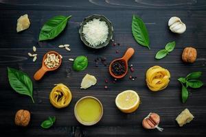 ingredienti del piatto di pasta fresca su uno sfondo di legno scuro foto