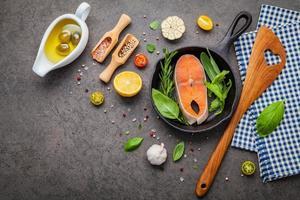 filetto di salmone in una padella di ghisa foto