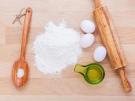 ingredienti per la pasta su legno foto