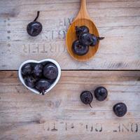 castagne d'acqua su legno foto
