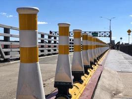 piloni del traffico giallo e bianco a new york city foto