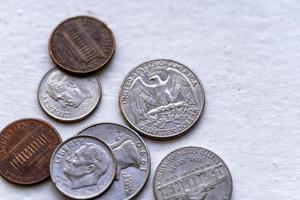 noi monete su un tavolo di legno foto