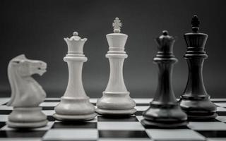 pezzi degli scacchi su una tavola foto