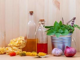 concetto di cibo italiano con oli foto