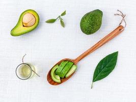 avocado e olio sul tavolo bianco foto