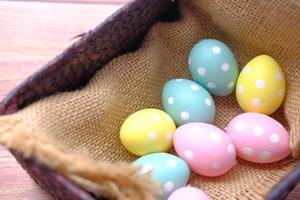 concetto di Pasqua con le uova su sfondo rosa foto