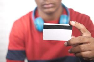 mano che tiene la carta di credito e leggere le informazioni foto