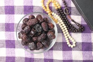primo piano della frutta fresca della data in una ciotola sul tavolo foto