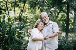 coppia di anziani che ballano insieme