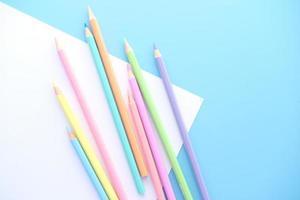 primo piano di matite colorate su carta vuota, dall'alto in basso