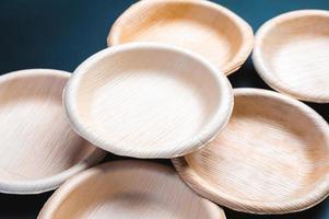 piatto foglia ecologico pila usa e getta di piatti di carta ecologici biodegradabili. biodegradabile per un ambiente sostenibile