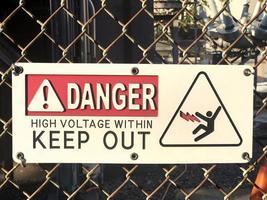 segno ad alta tensione su una recinzione foto