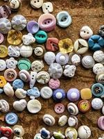 bottoni colorati sparsi per indumenti