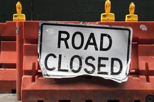 cartello stradale chiuso su una barriera di costruzione foto