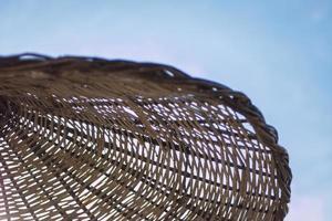 ombrellone in vimini in un cielo blu foto