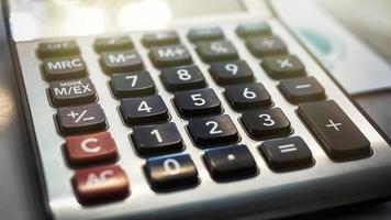 calcolatrice con pulsanti neri e rossi foto