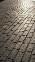 strada di mattoni di granito durante il tramonto foto