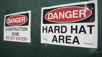 segno di zona di pericolo elmetto foto