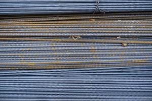 barre di costruzione in ferro arrugginito foto
