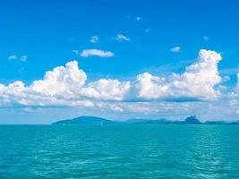 splendida vista sull'oceano e cielo blu foto