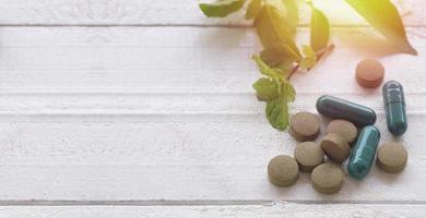 pillole a base di erbe sul tavolo di legno con copia spazio foto