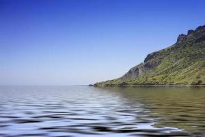 specchio d'acqua vicino alla montagna con cielo blu chiaro a Koktebel, Crimea foto