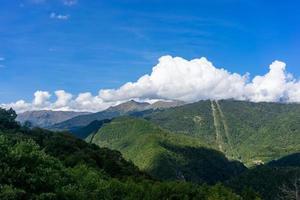 paesaggio di montagna con cielo blu nuvoloso foto