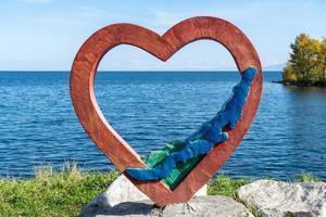 scultura del cuore sulla riva del lago baikal in russia foto