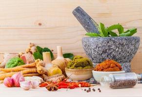 assortimento di ingredienti da cucina thailandese e un mortaio foto
