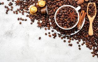 chicchi di caffè su uno sfondo grigio chiaro