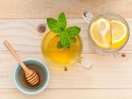 vista dall'alto di miele e tè al limone foto