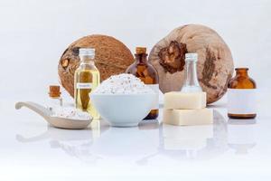 olio essenziale di cocco con noci di cocco foto