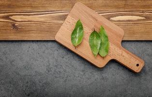 foglie di alloro su un tagliere foto