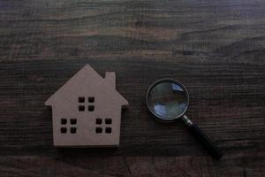 modello di casa e lente d'ingrandimento foto
