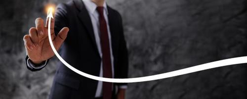 banner di freccia che punta dal dito dell'uomo d'affari foto