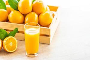 succo d'arancia fresco e arance foto