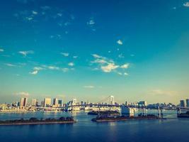 bellissimo paesaggio urbano con ponte arcobaleno nella città di tokyo, giappone foto