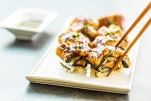 anguilla alla griglia o sushi maki roll di pesce unagi