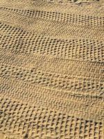 tracce di pneumatici nella sabbia foto