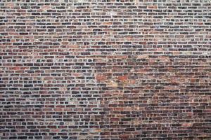 vecchio muro di mattoni con lavori di riparazione necessari a New York City foto