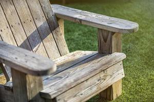 vecchia sedia da giardino in legno sull'erba foto