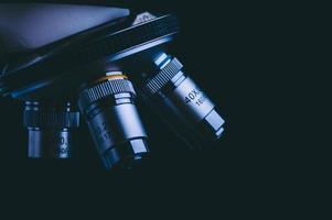 primo piano dei segni di misurazione sul microscopio foto