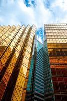 vista guardando i grattacieli con cielo blu nuvoloso foto