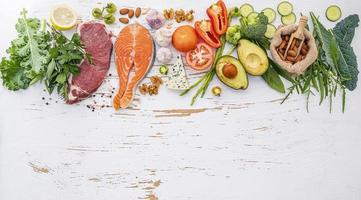 ingredienti dieta sana su uno sfondo bianco squallido foto