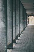 un'architettura di colonne nella città di bilbao, in spagna foto