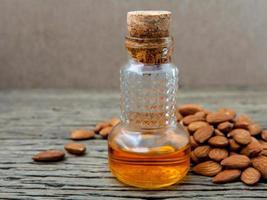 olio di mandorle in una bottiglia foto