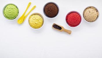 gelato in coppe su bianco foto