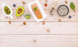 vista dall'alto di salmone e ingredienti freschi foto