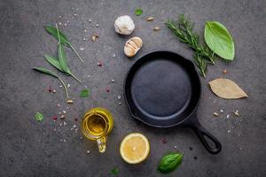 padella in ghisa con ingredienti freschi foto